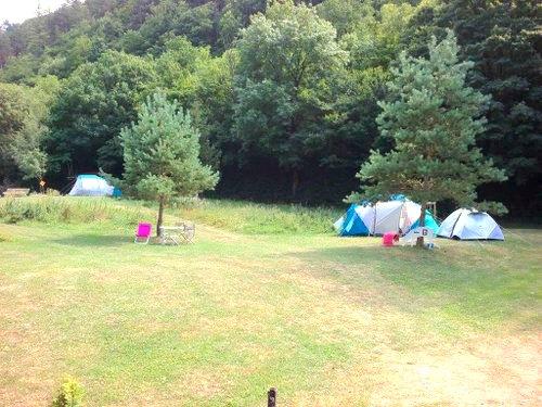 terrain de camping ensoleillé